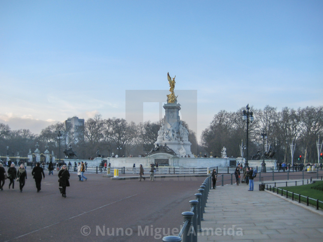 """Queen Victoria Statue outside Buckingham Palace"" stock image"