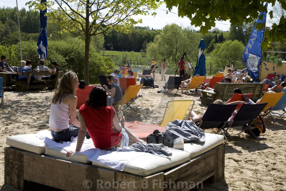 """Sonne, Sommer, Strand: künstlicher Sandstrand ""Düne 13"" am Obersee in Bielefeld"" stock image"