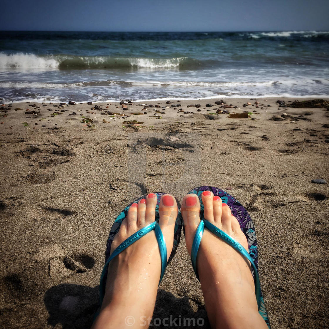 Painted toenails and flip flops Goes!