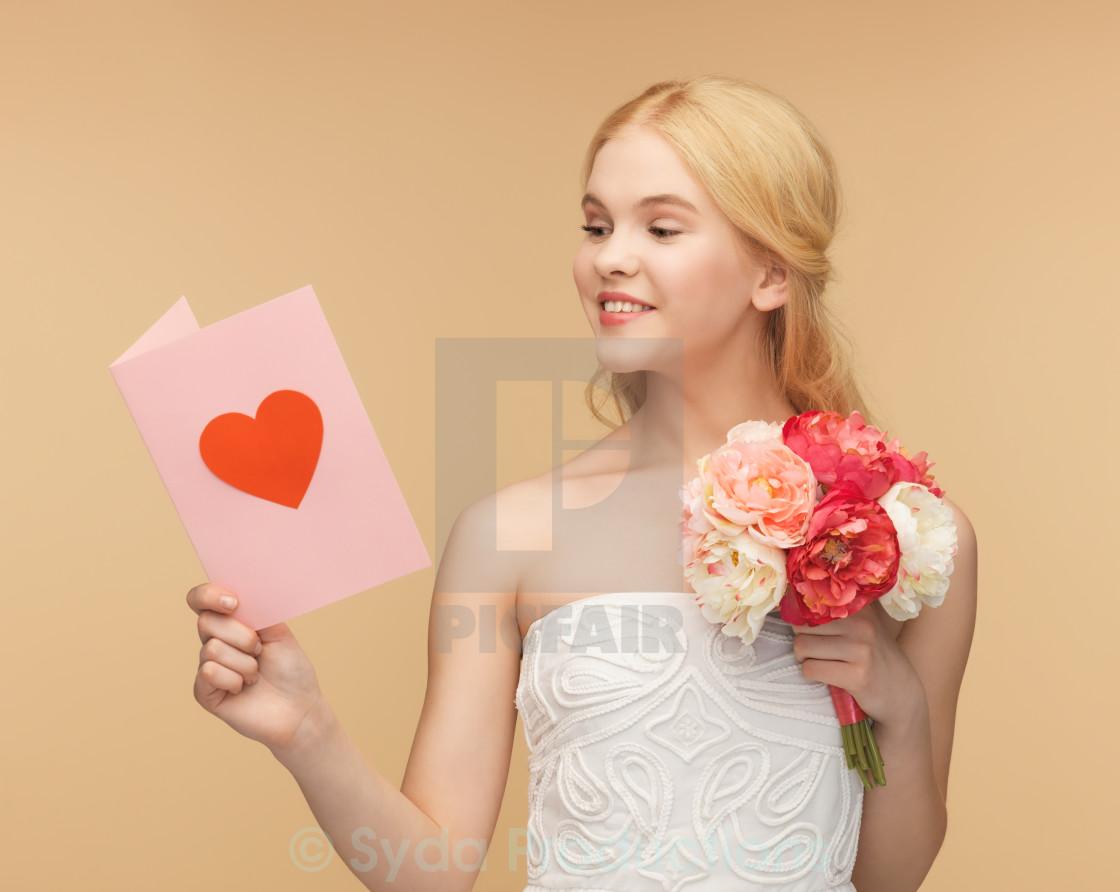 Днем рождения, девушка держит открытку