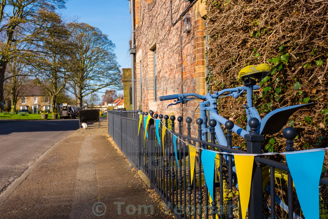 """Tour de Yorkshire 2016 painted bike and bunting in the village of Hutton Rudby"" stock image"