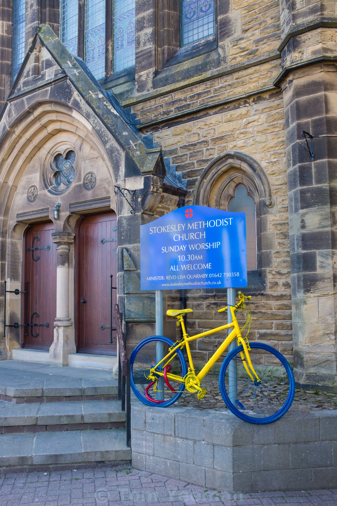 """Tour de Yorkshire 2016 a painted bicycle outside a church in the North Yorkshire town of Stokesley upright 2"" stock image"