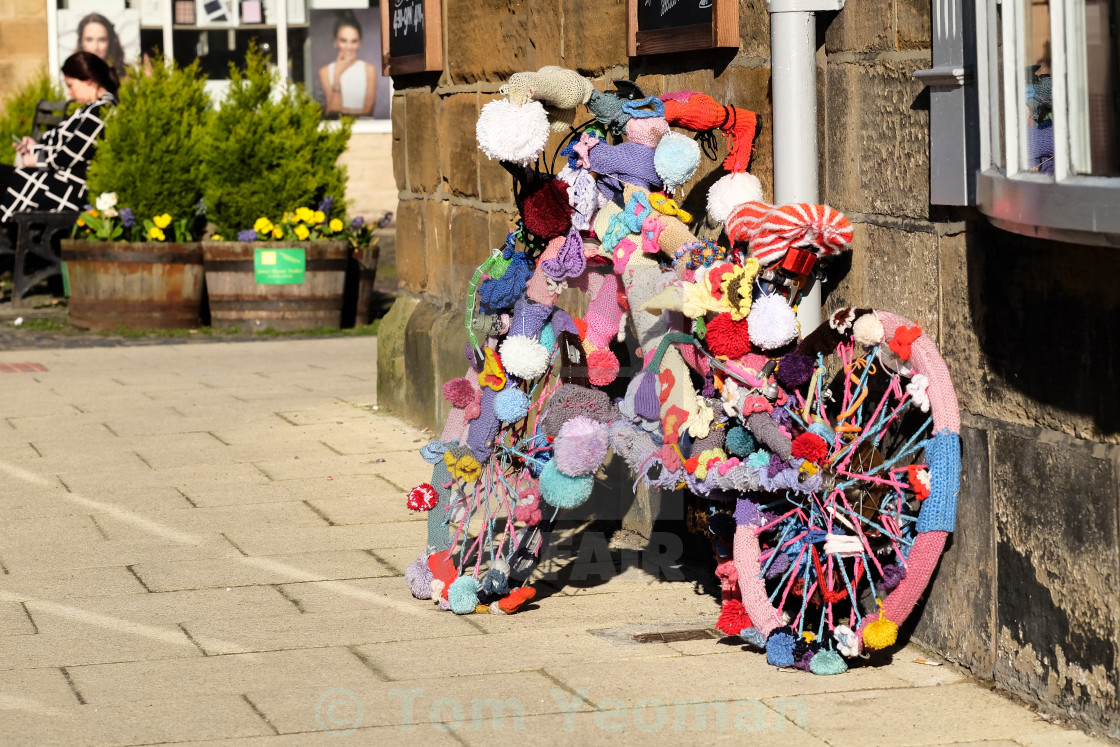 """Tour de Yorkshire 2016 a 'yarn bombed' bicycle in the North Yorkshire town of Stokesley wide"" stock image"