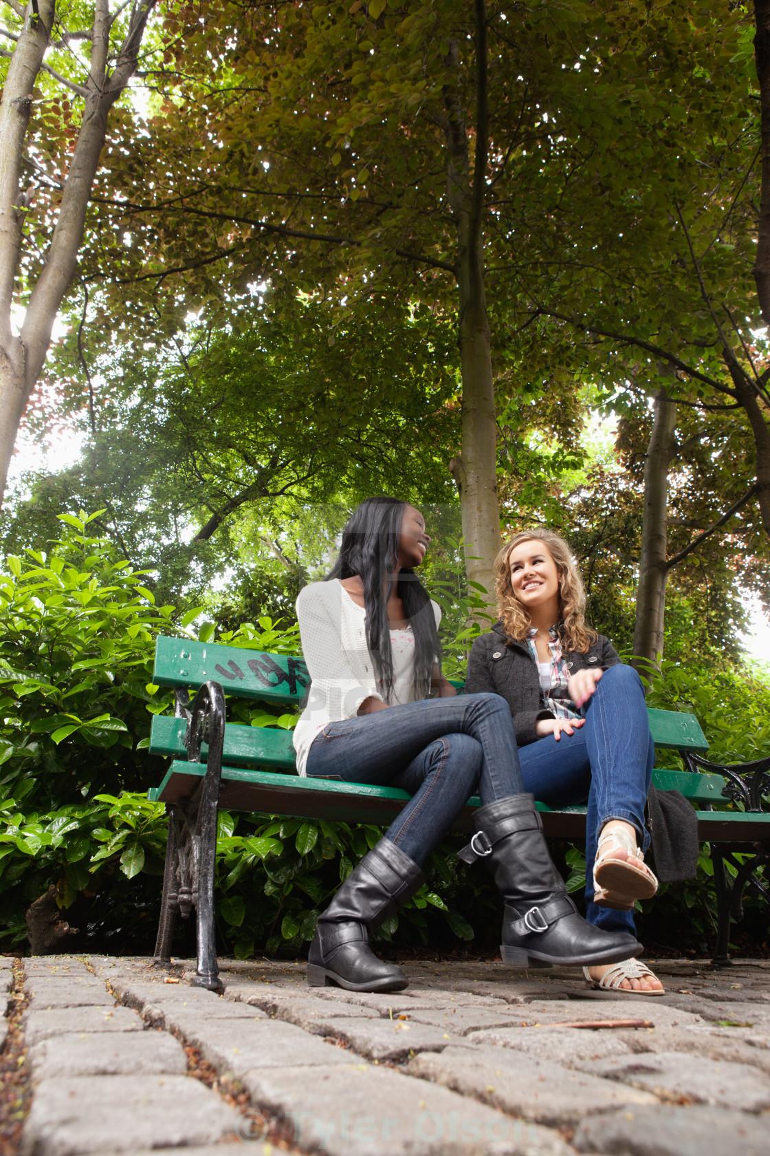 человек построил девушки сосут в парке на людях фото