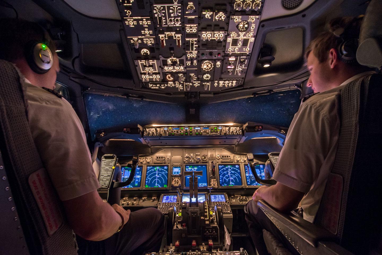 Cockpit Boeing 737 at night