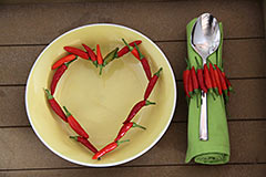 Scharfe Chili-Deko im Teller