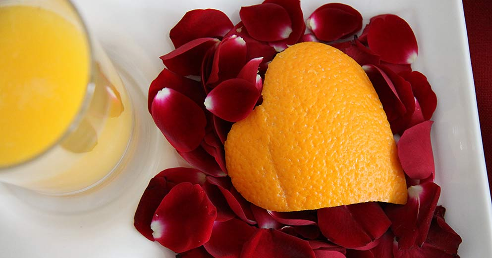 Orangenherz und Rosenblütenblättern