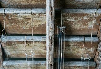 Reagenzgläaser an Fensterladen