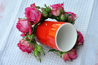 Rosenknospen um Tasse