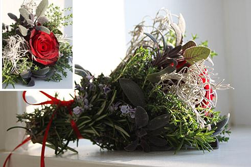 Tisch-Deko mit Kräutern und Rose