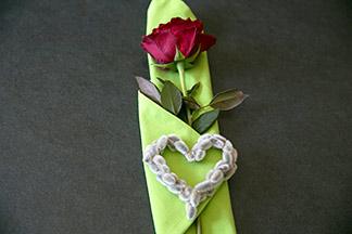 Accessoires aus Weidenkätzchen und Rose