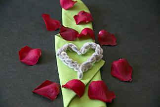 Accessoires aus Weidenkätzchen und Rosenblätter