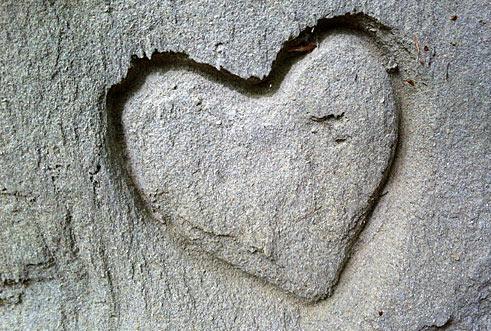 Herz in Fels gemeisselt