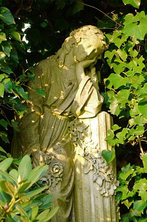 Statue im Wald