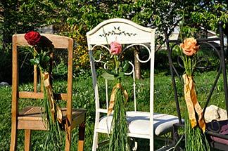 Blumendeko an Stühlen
