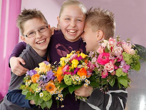 Kinder mit Blumenstrauss