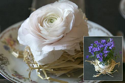 Romantische Frühlingsblumen im Stroh