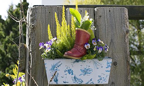 Frühlingsblüher im Stiefel
