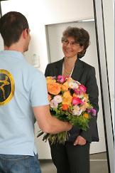 Fleurop Florist beim Überbringen der Blumen