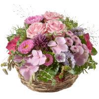 Un panier plein de fleurs délicates