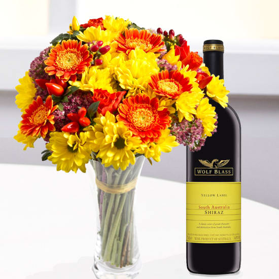 Rundgeformter, gemischter Blumenstrauss mit Wein