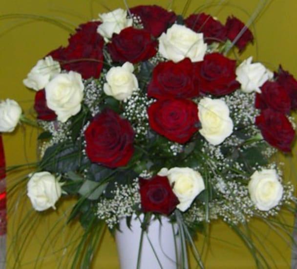 Rosenstrauss mit 24 langstielige weisse und rote Rosen