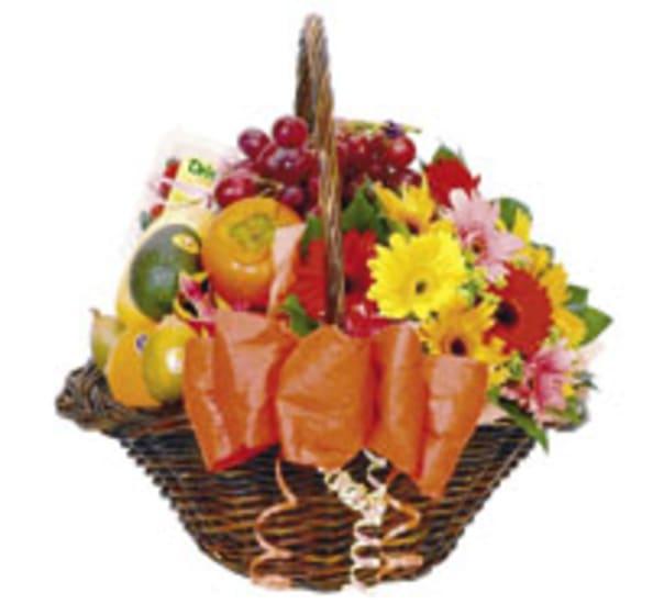 Blumen – und Früchtegesteck im Korb
