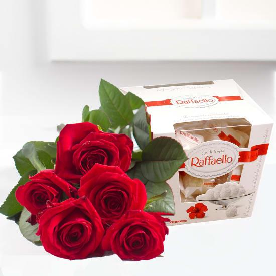 Bouquet aus Rosen einer Schachtel Pralinen
