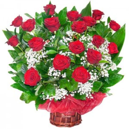 18 Rosen in einem Korb