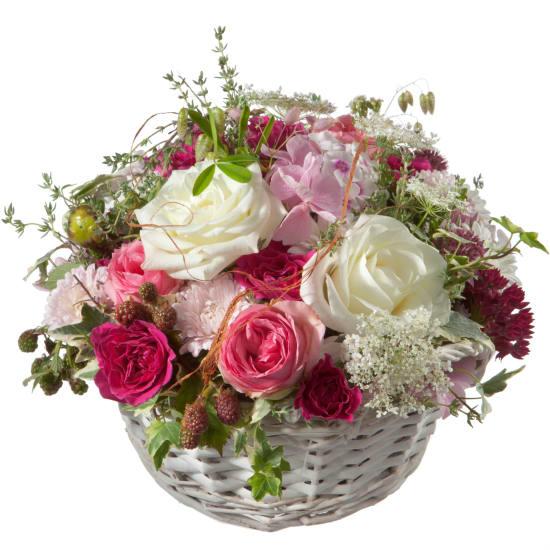 Un cestino colmo di poesia con rose