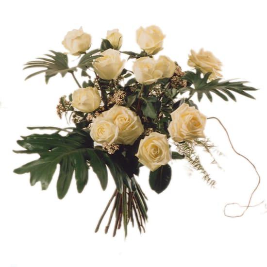 12 weisse Rosen mit Grün
