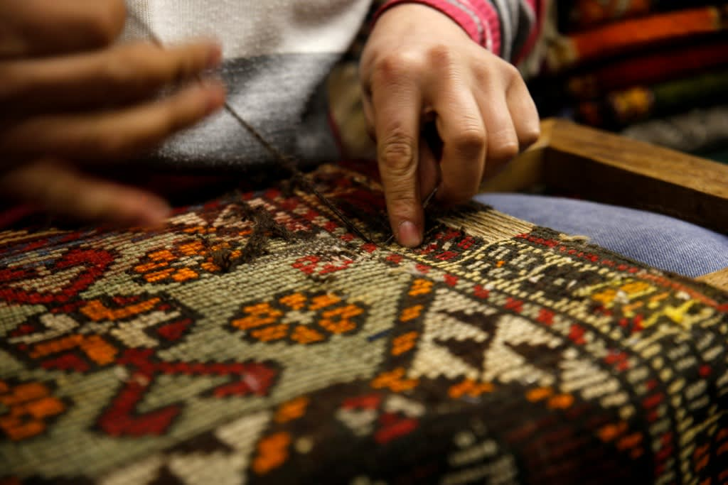 rug-repairs-picture-id1124779656