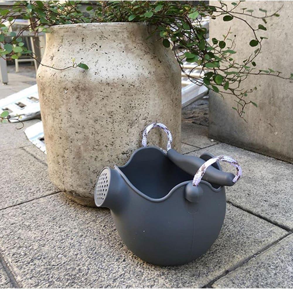 Silikonowe wiaderko konewka do zabawy w wodzie i piasku dla dzieci ciemnoszare Scrunch