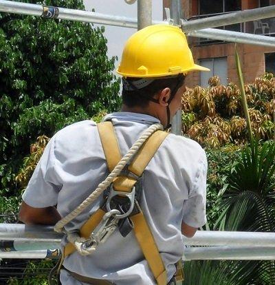 Let's Prevent! - Accidentes: Un operario recibe un golpe tras desplomarse encima una cornisa en Almería