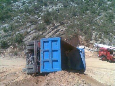 ejemplo camión volcado en cantera
