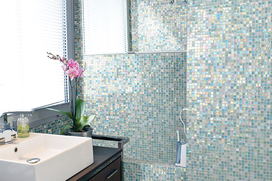 Glass tile bathtub surround in