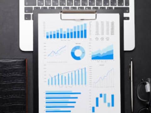 Prédire les ventes quotidiennes d'une entreprise grâce au filtre de Kalman.