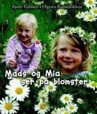 Mads og Mia ser på blomster