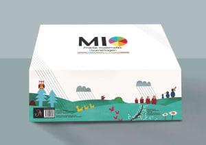 MIO. Praktisk matematikk i barnehagen. 6 samtalebilder. 81 aktivitetskort. 1 fallskjerm. 1 kortstokk. Matematiske konkreter. Veiledning