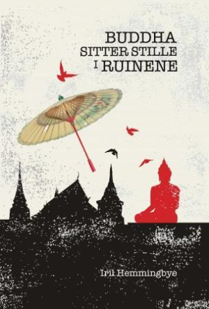 Buddha sitter stille i ruinene
