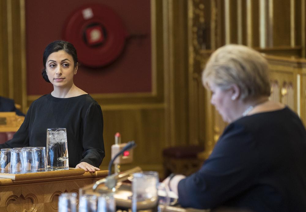Reportasjefoto fra Stortingets spørretime. Hadia Tajik fra Arbeiderpartiet og Erna Solberg fra Høyre på talerstolene.