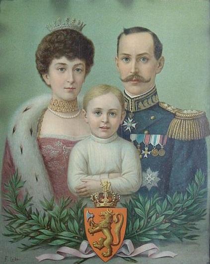 Postkort eller plakat med tegning av kongefamilien i 1905: Kong Haakon 7. og dronning Maud med kronprins Olav foran seg. Under en laurbærkrans og det norske riksvåpenet.