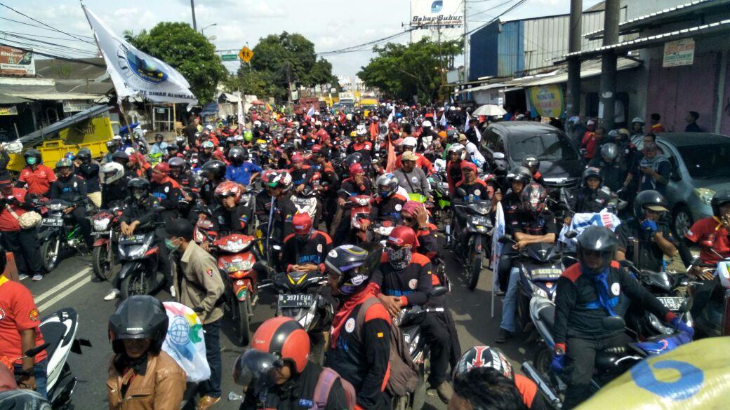 Merasa Dikibuli Soal UMK, Ribuan Buruh Kepung Kantor Gubernur Banten