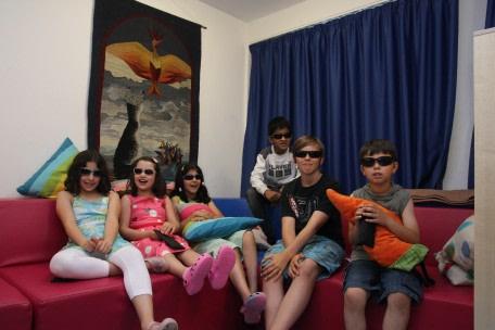 Glückliche Kinder mit ihren neuen Sonnenbrillen