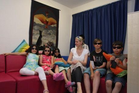 """Die Kinder des Kinderhaus """"Blauer Elefant"""" mit ihren neuen Kinder-Sonnenbrillen"""