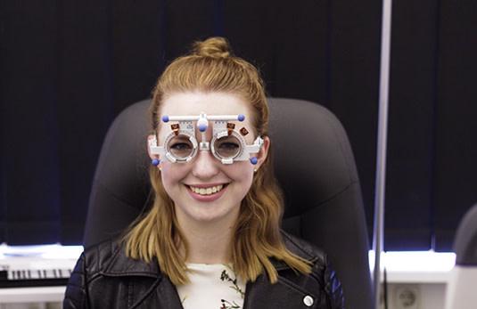 Lensbest-LensbestShop-LensbestBlog:https://res.cloudinary.com/fourcare/image/fetch/q_90/f_auto/fl_force_strip/https://www.lensbest.de/blog/LensbestBlog/20160704-lensfriends-dorina-bausch/Besuch-Optikstudio-Kiel-4Care-lensbest-Shop-Brille-Kontaktlinsen-Online_29.jpg
