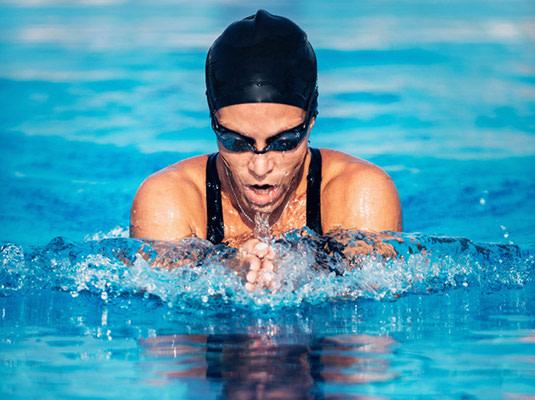 Lensbest-LensbestShop-LensbestBlog:https://res.cloudinary.com/fourcare/image/fetch/q_90/f_auto/fl_force_strip/https://www.lensbest.de/blog/LensbestBlog/20170509-kontaktlinsen-und-sport/bild3-535x400-sport-mit-kontaktlinsen.jpg