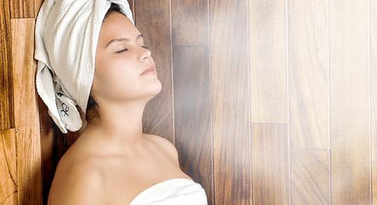 Frau entspannt in der Sauna.
