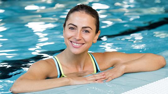 Kontaktlinsenträgerin im Pool