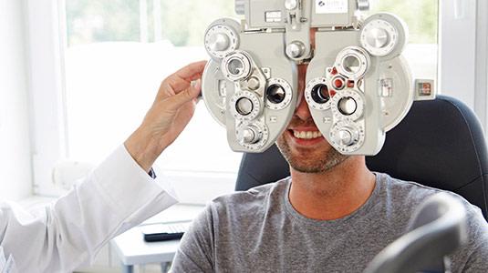 Refraktionsmessung zur Bestimmung der Brillenwerte.